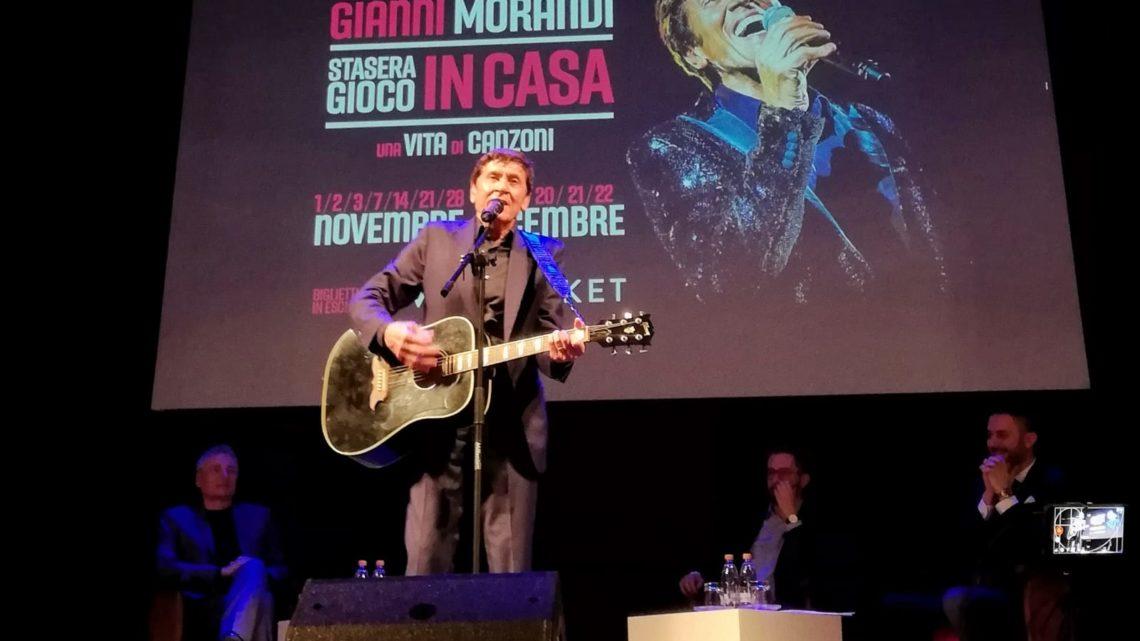 GIANNI MORANDI si esibisce a sorpresa al Teatro Duse omaggiando Lucio Dalla